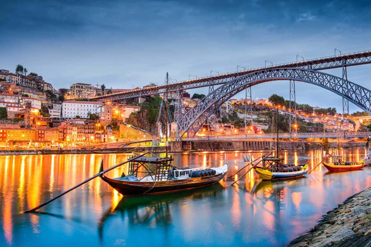Puente Luis I y barcos en el río Duero en Oporto, Portugal