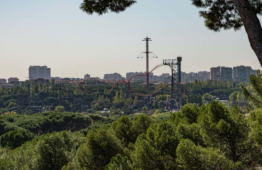 Sillas voladoras y montaña rusa El Abismo del Parque de Atracciones de Madrid.