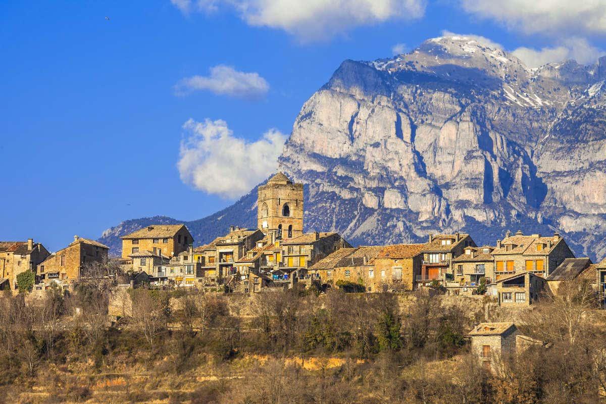 Vista panorámica de Aínsa y de las montañas del Pirineo Aragonés