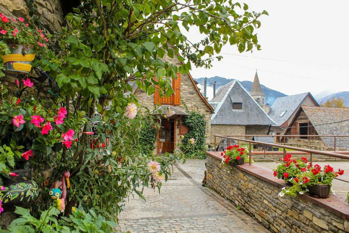 Casas típicas de Bagergue decoradas con flores