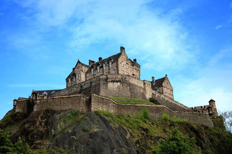 Castelo de Edimburgo sobre a colina de Castle Hill, Edimburgo, Escócia