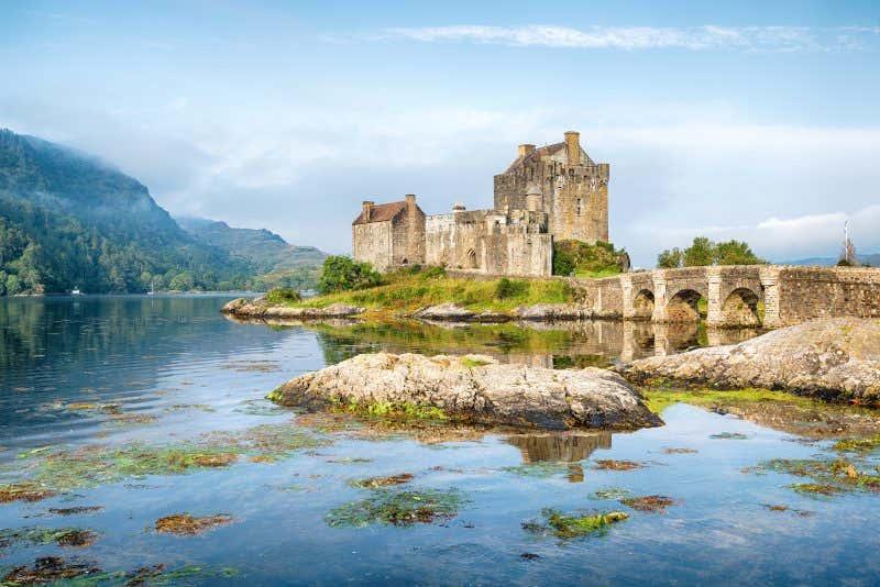 Castelo de Eilean Donan no lago Duich, Escócia
