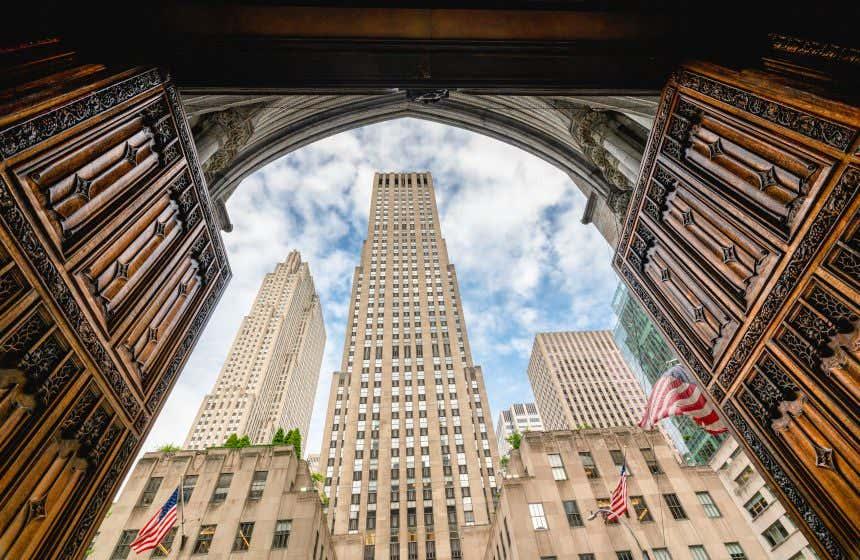 Vista del edificio Rockefeller Center desde la catedral de San Patricio, en Nueva York.
