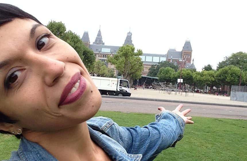 Giovanna Ficarazzi frente al Rijksmuseum de Ámsterdam