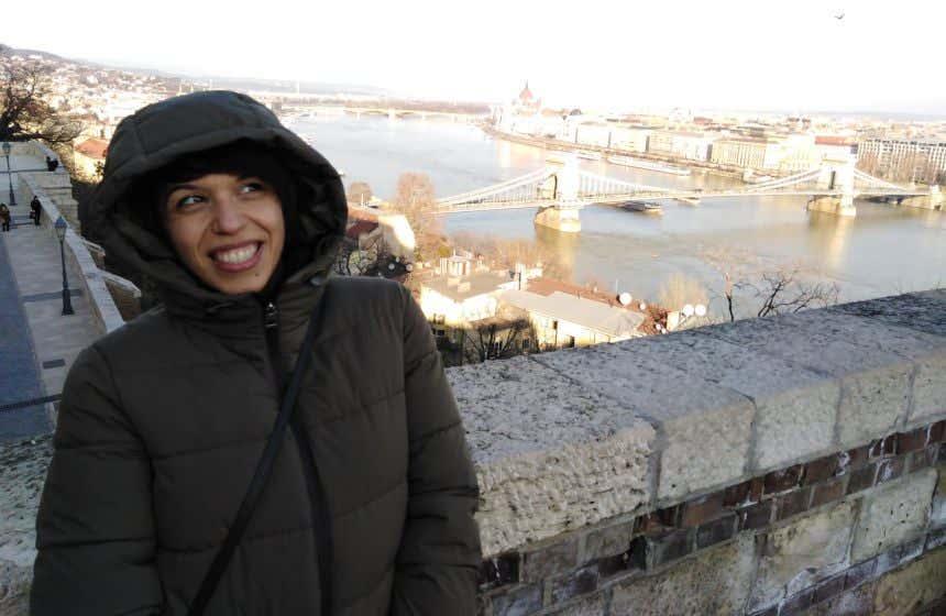 Giovanna Ficarazzi en un mirador de Budapest con el Parlamento al fondo