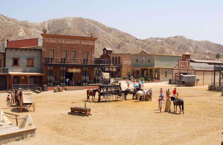 Plaza principal del parque de atracciones ambientado en el lejano Oeste, situado en el desierto de Tabernas.