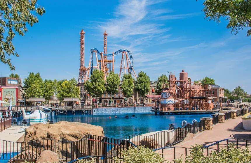 Vista del Parque Warner con su montaña rusa Superman: La Atracción de Acero.