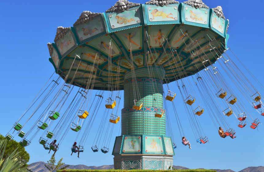 Sillas voladoras del parque Terra Mítica en Benidorm, uno de los mejores parques de atracciones de España.