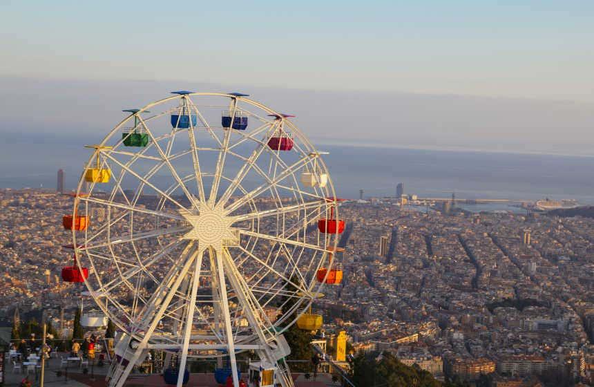 Noria situada en lo alto de Barcelona, en el parque Tibidabo.