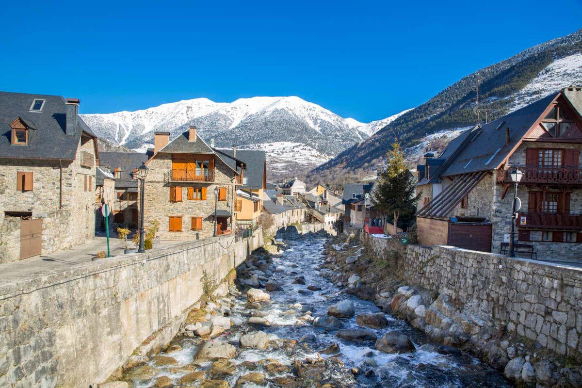 Paisaje de Viella y de las montañas nevadas en un día soleado