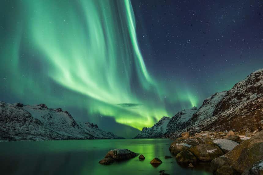Luces verdes de la aurora boreal tiñen el cielo del norte de Noruega