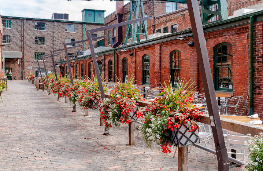 Edifícios de arquitetura vitoriana reabilitados do bairro Distillery District de Toronto