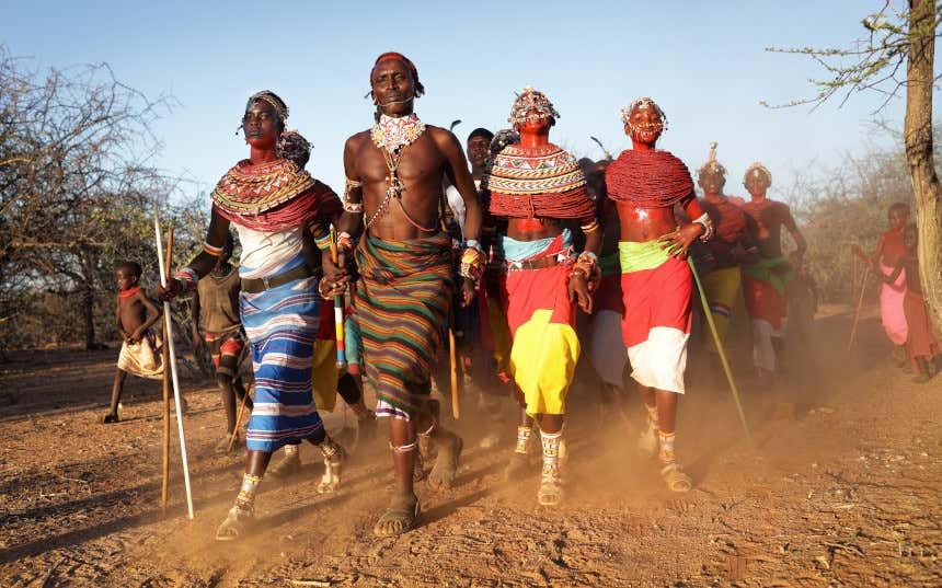 Membros de uma tribo massai caminhando