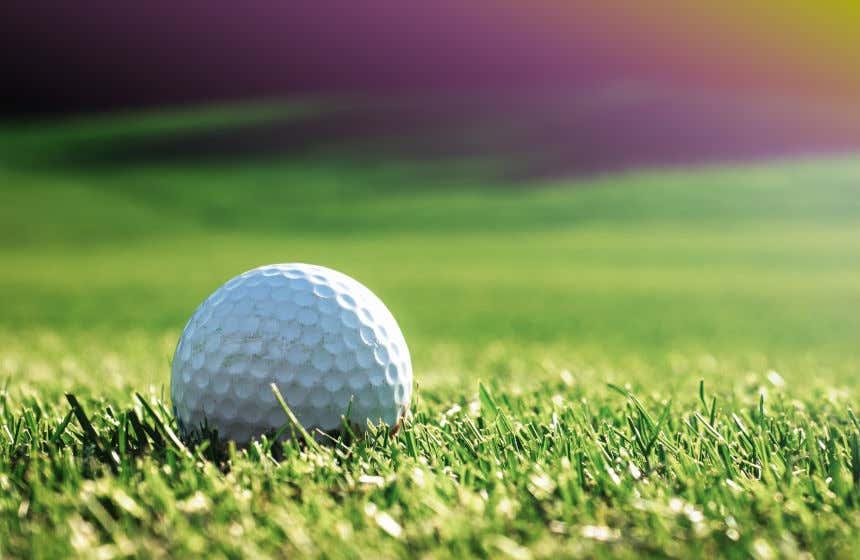 Detalhe de uma bola de golf sobre o gramado