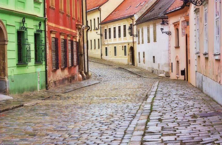 Ruas do centro histórico de Bratislava com chão de pedra e casas coloridas