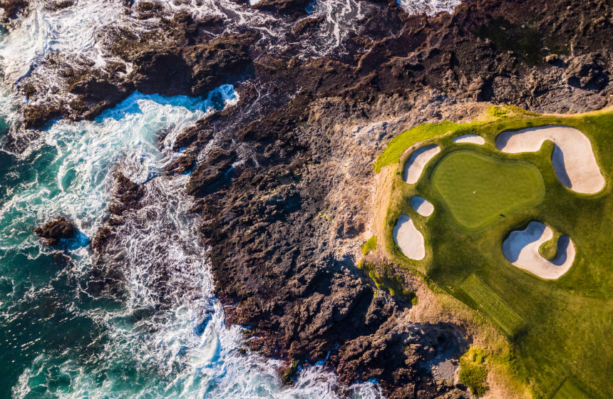 Vista aérea do mar e do campo de golf de Pebble Beach, na Califórnia