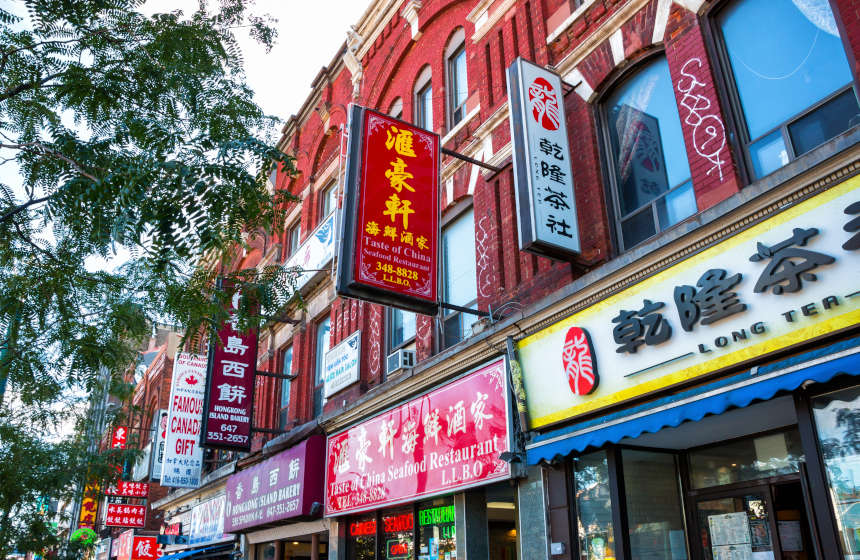 Letreiros coloridos dos comércios do bairro de Chinatown
