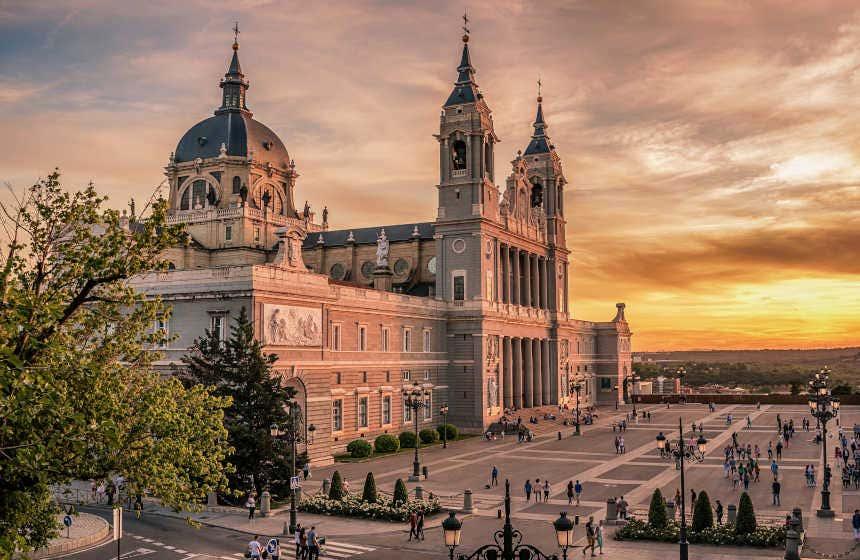 Atardecer en la catedral neoclásica de la Almudena.
