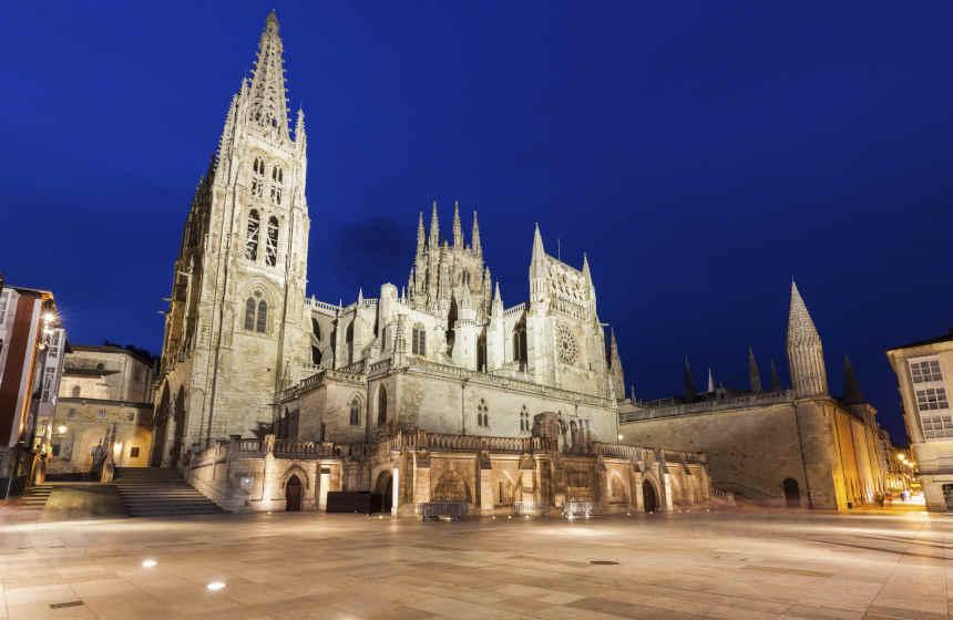 Iluminación nocturna de la catedral de Burgos.