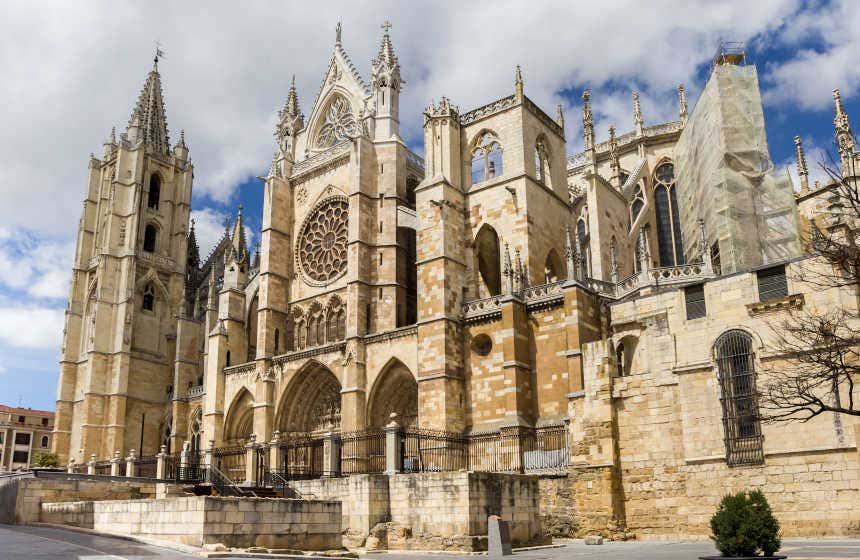 Fachada de la catedral de León, donde se pueden apreciar los ventanales llenos de vitrales medievales.