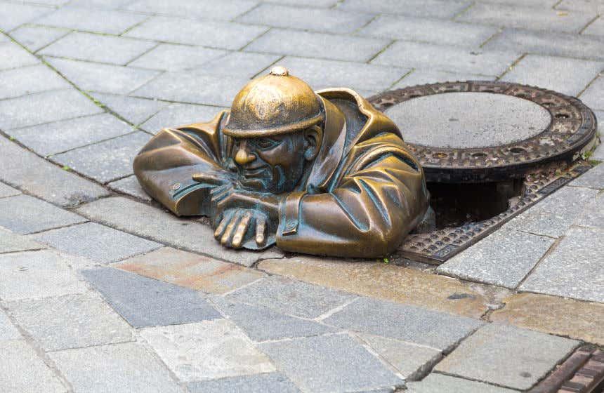 Escultura de bronze em um bueiro  de Bratislava