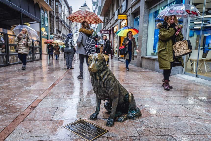 Estatua del perro Rufo en una calle en el centro de Oviedo, Asturias.