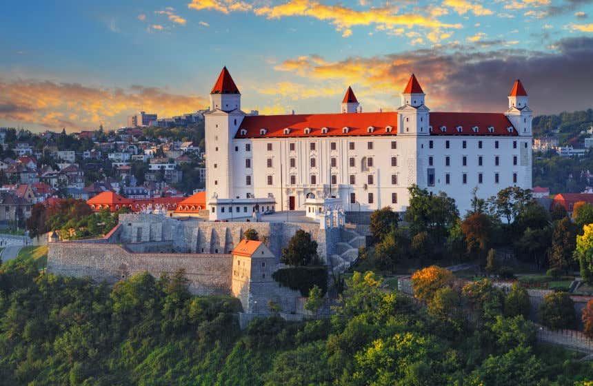 Castelo de Bratislava sobre uma colina com as casas da cidade ao fundo