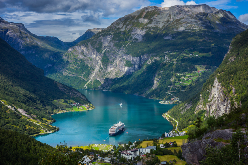 Un crucero surca el mar del fiordo Geiranger, en Noruega