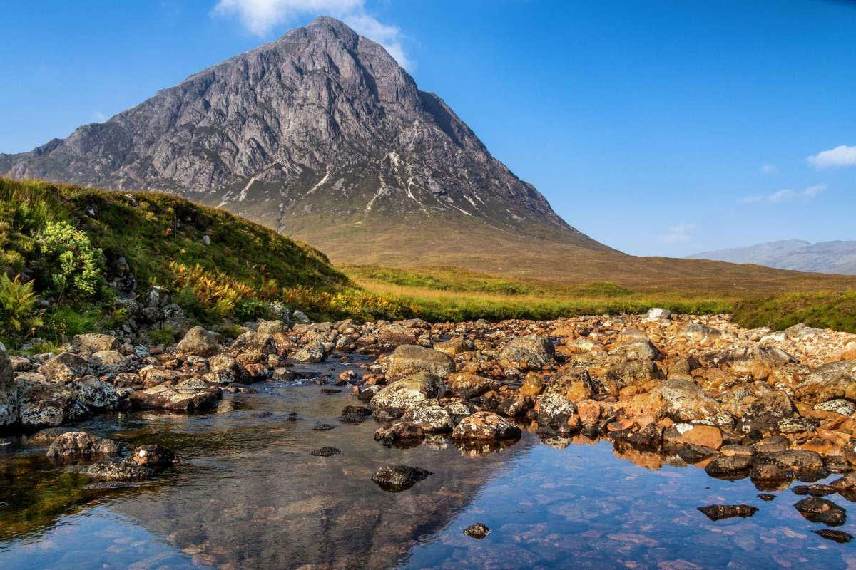 Imagem de uma grande montanha pontiaguda no Vale de Glencoe