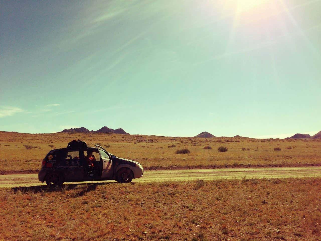 John Platt con el coche roto en el desierto de Gobi, Mongolia