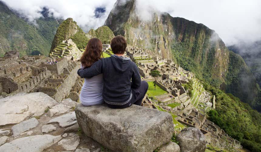 Pareja contemplando las ruinas de Machu Picchu, en Perú