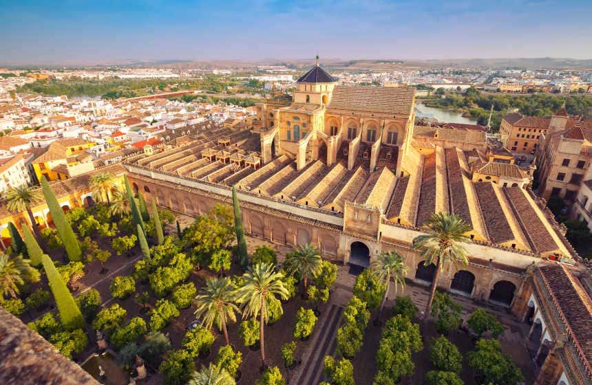 Vista aérea de la catedral y mezquita de Córdoba con su Patio de los Naranjos.