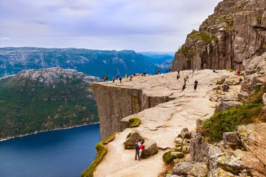 Un grupo de personas asomándose al mirador del Púlpito del fiordo Lysefjord