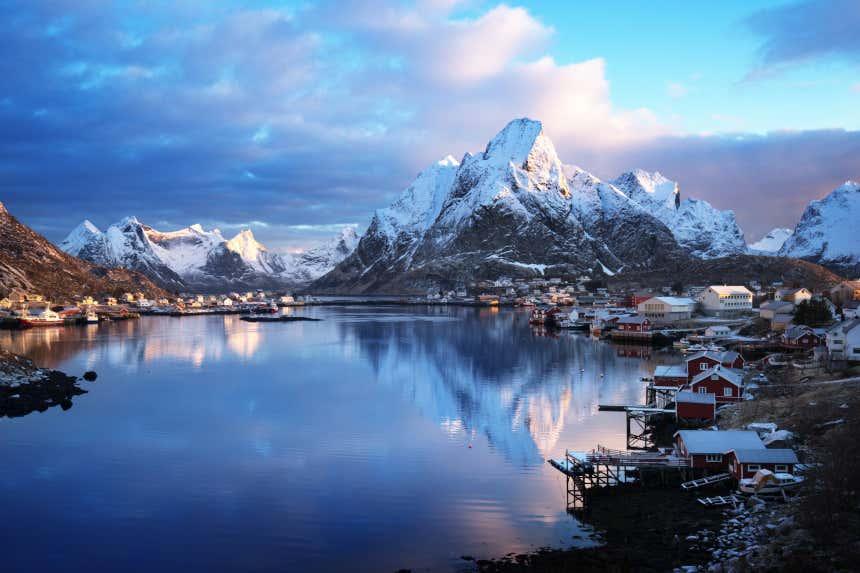 Paisaje nevado en un fiordo de Noruega