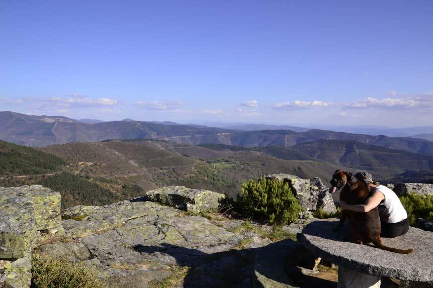 Chica abrazando a su perro en un mirador de la provincia de Lugo, en Galicia.