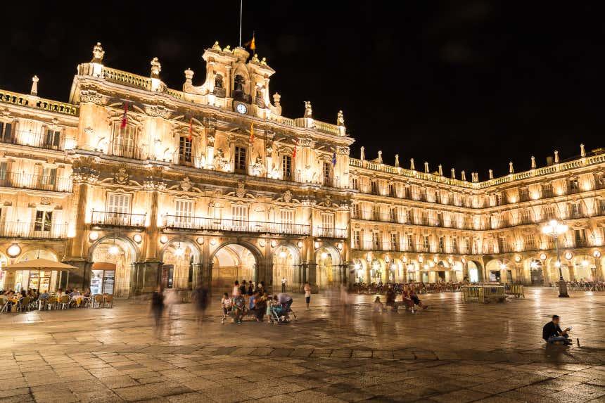Plaza Mayor de Salamanca de noche con el edificio del Ayuntamiento iluminado