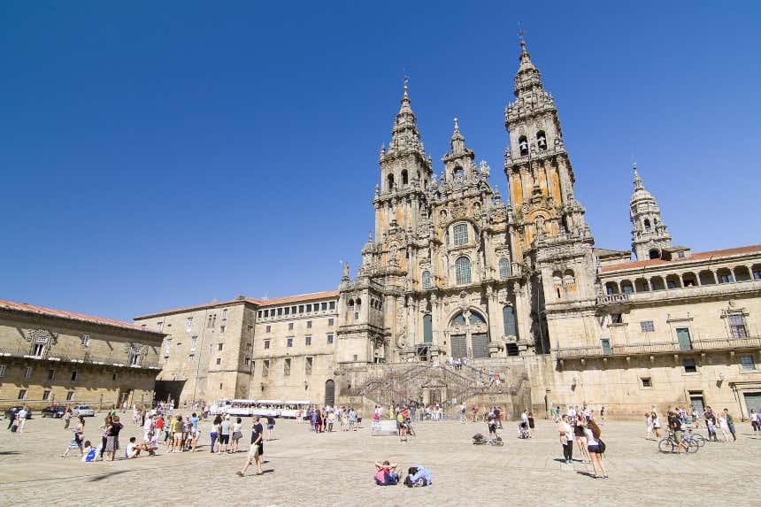 Decenas de turistas y peregrinos contemplan la Catedral de Santiago desde la plaza del Obradoiro