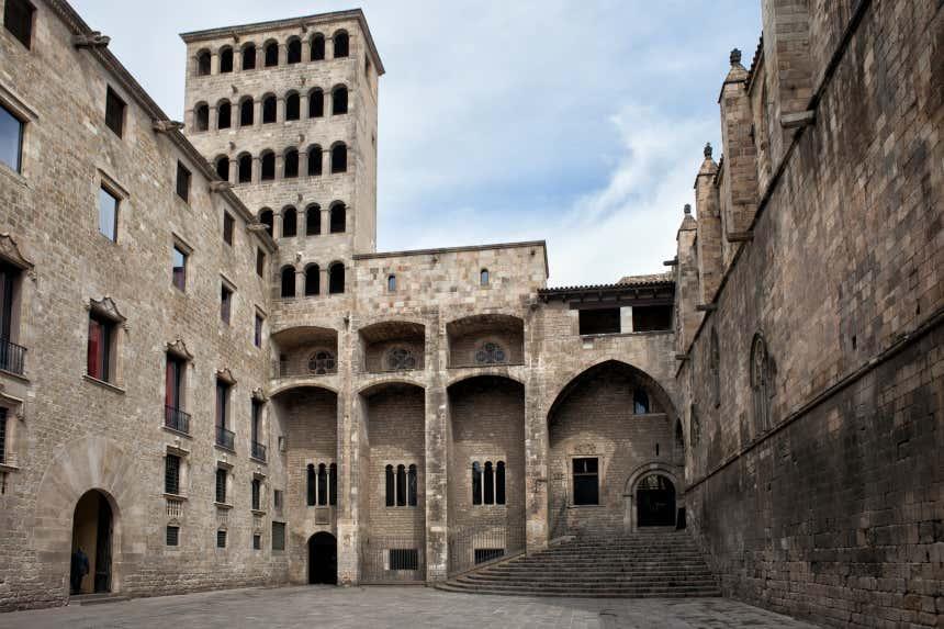 Edificios medievales y escaleras del Palacio Real en la Plaza del Rey de Barcelona