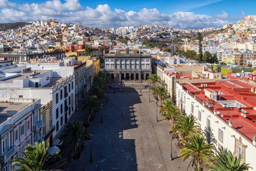 Vista aérea de la plaza de Santa Ana flanqueada por palmeras y con las Casas Consistoriales al fondo