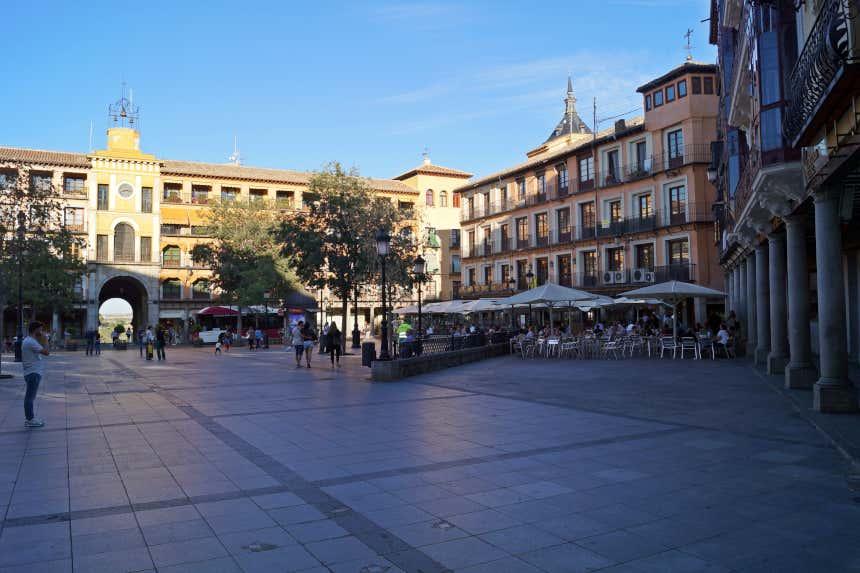 Terrazas con gente en la plaza de Zocodover de Toledo