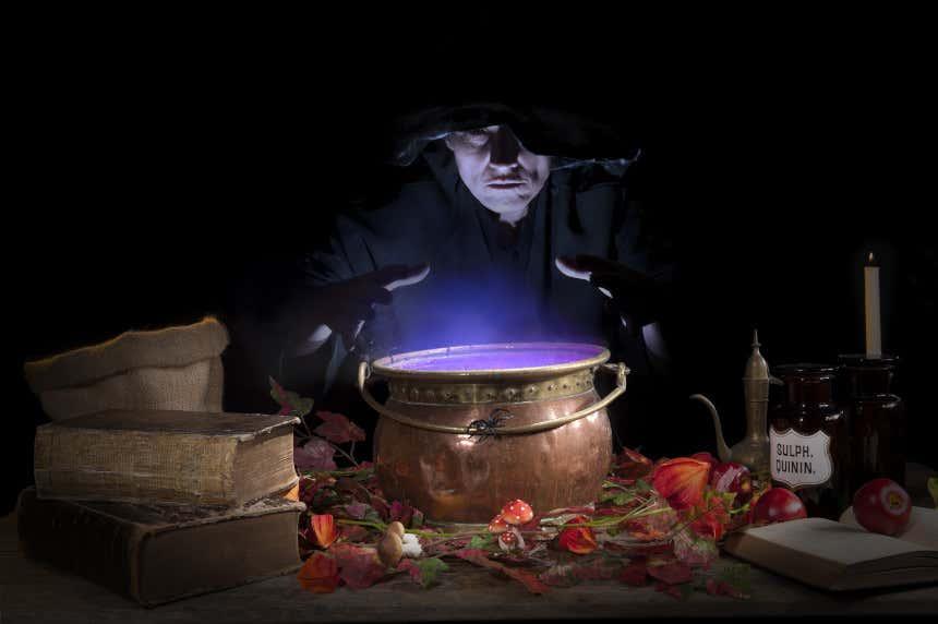 Bruxa fazendo uma poção em um caldeirão