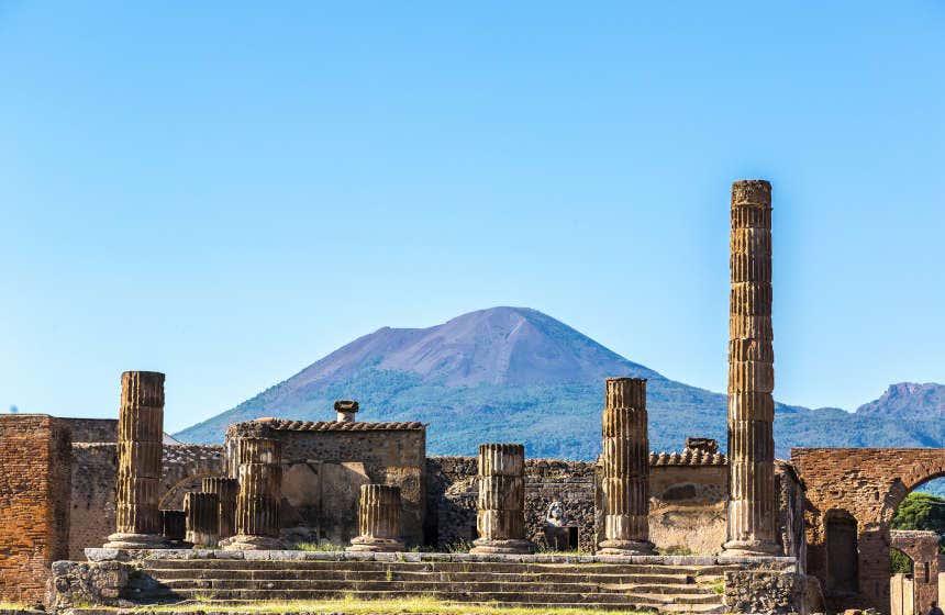 Le rovine di Pompei con il Vesuvio sullo sfondo