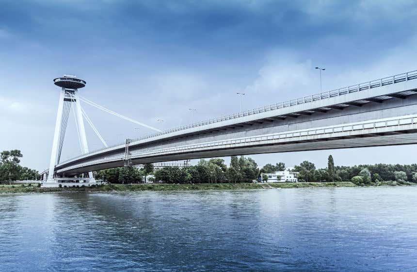 A ponte Most SNP sobre o rio Danubio em Bratislava