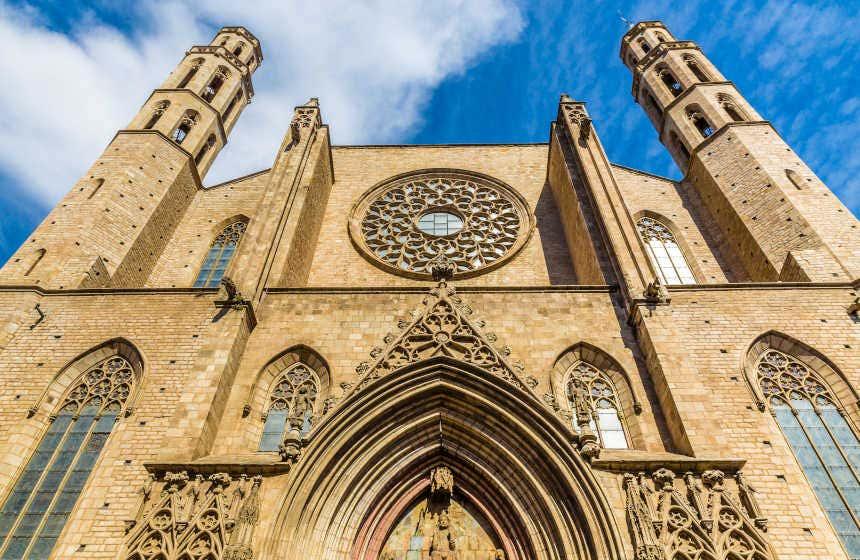Fachada principal de la iglesia de Santa María del Mar, situada en la plaza de Santa María.