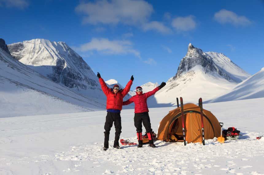 Duas pessoas no Ártico com equipamento de sobrevivência