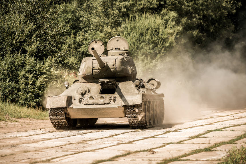 Tanque de combate russo em marcha