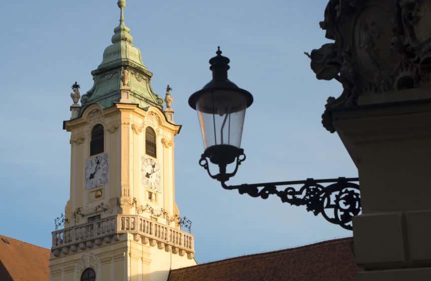 Torre da Antiga Prefeitura de Bratislava com um farol em primeiro plano