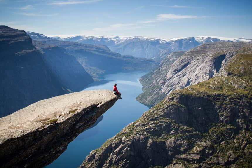 Un hombre asomado a la roca Trolltunga del fiordo noruego de Hardanger