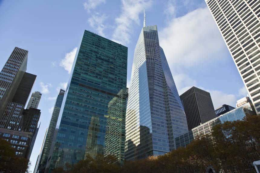 Bank of America Tower com outros edifícios ao redor em Nova York