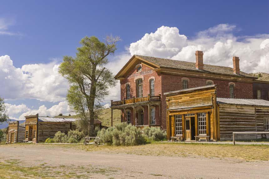 El antiguo Hotel Meade y otros edificios abandonados en el pueblo fantasma de Bannack, en el estado de Montana